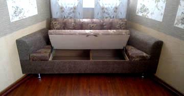Нестандартный диван для эркерной кухни